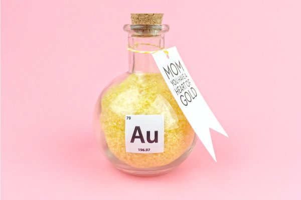 Geeky Mother's Day Gift Idea | Show your mom just how much she means to you with this chemistry inspired DIY bath salts for mom. Complete with FREE printable gift tag! Click through to download yours now.