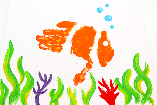 Ocean Theme Preschool Craft | This easy art activity for kids is great for the classroom or for homeschooling. Kids have so much fun with this handprint craft! #craftsforkids #elementary #art #kidsactivities