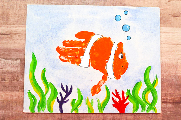 Fish Handprint Craft For Kids | Children will love making this fun ocean craft with their hands.. They're a great activity for an under the sea theme preschool, kindergarten or pre-k unit. #earlychildhood #artforkids #craftsforkids #kidscrafts #kidsactivities