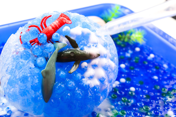 Frozen Ocean Animal Rescue | Kids will love this outdoor sensory play for the warm summer months. Introduce science experiments like mixing vinegar and baking soda to melt ice and play with water! #stem #kidsactivities #steam #playtime #toddlers