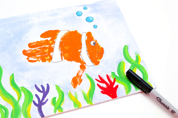 Fish Art Project For Kids | Preschool students will enjoy making this handprint fish scene when they study ocean themes. #preschool #ocean #kidsactivities #ideasforkids #kidsandparenting