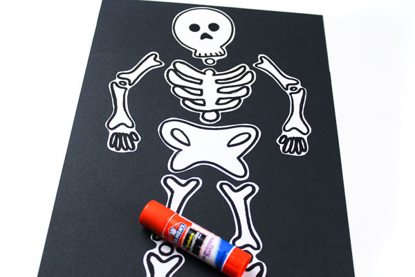 Skeleton Halloween art project for kids in preschool and kindergarten