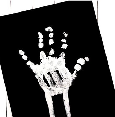 How to make skeleton handprint art for kids #kidsactivities #boredombusters #earlychildhood
