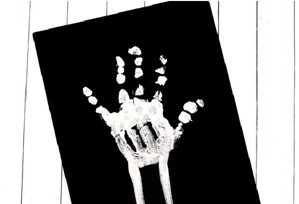 How to make skeleton handprint art for kids #kidsactivities #boredombusters #earlychildhood