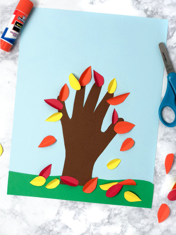 Fall Handprint Craft For Kids | This fall tree is perfect for Thanksgiving or autumn time and makes a sweet keepsake for mom or grandma! #kidsactivities #ideasforkids #thanksgivingcrafts #kids