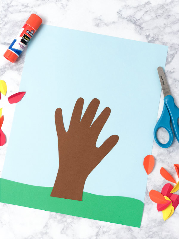 Fall Tree Hand Print Art | Create this simple handprint craft this autumn. It's great for working on fine motor skills too! #finemotor #fall #craftsforkids #kidscrafts