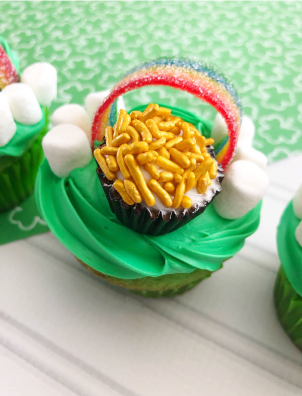 St. Patty's Day Cupcakes For Kids | Bring the kids in the kitchen with this fun and simple cupcake decorating. #kids #kidsactivities #stpatricksday #cupcakes #kidsfood #dessert #treats #dessertrecipes #dessertideas #easydesserts