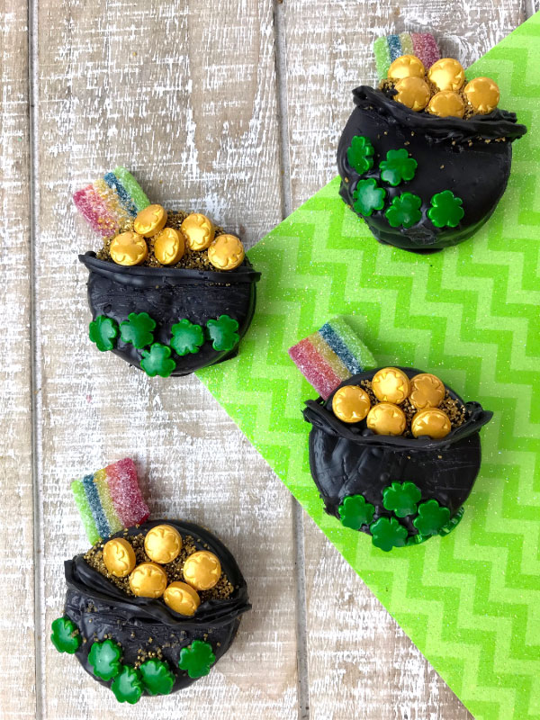 St. Patricks Day Cookies For Kids | This St Paddys day make these adorable Oreo dipped pot of gold cookies with the kids! #kids #kidsactivities #cookies #oreos #desserts #stpatricksday #stpattysday #stpaddysday