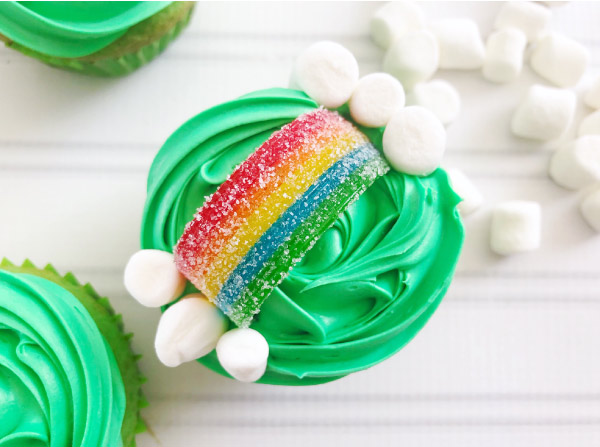 Pot of Gold Cupcakes For Kids | Make these simple and cute St. Patty's Day cupcakes with just a few supplies. #kids #kidsactivities #cupcakes #desserts #treats #baking #stpatricksday #stpatricksdayfood #cupcakesforkids