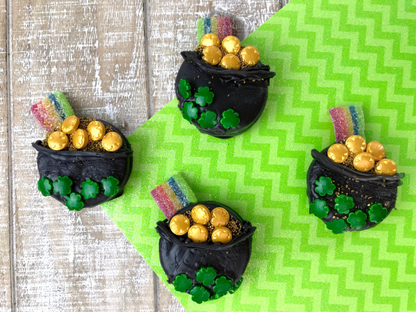 St. Patrick's Day Treats For Kids | Make these fun pot of gold dipper oreos with the kids this St Pattys Day! #oreos #stpatricksdaydesserts #stpattys #stpaddys #potofgold #treats #dessertideas #treatsforkids