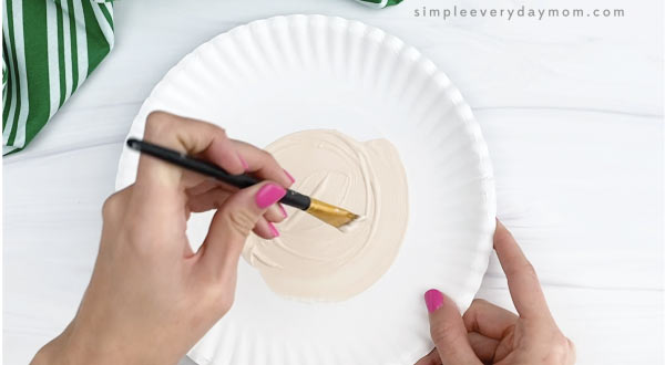 hand painting inner circle of paper plate beige