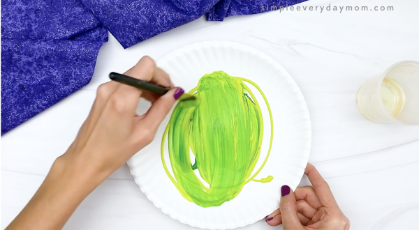 hand painting paper plate green